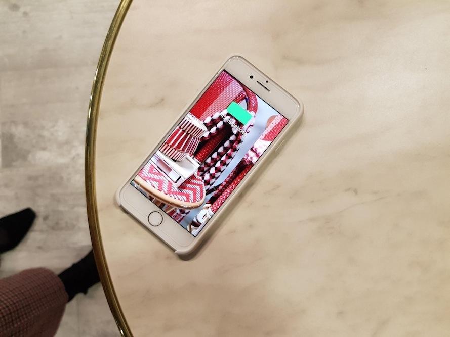 Draadloos telefoon opladen en een Latte drinken?